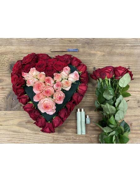 """Heart of Roses:composizione di fiori freschi  a forma di cuore realizzata con rose """"Red Naomi"""" e rose """"Dolce Vita""""."""
