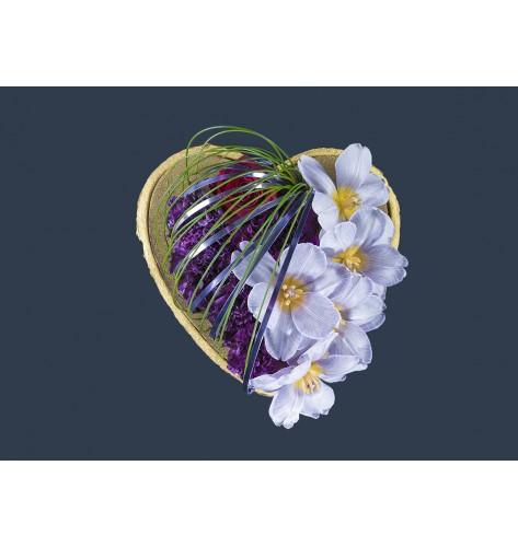 Composizione di fiori freschi a forma di cuore  realizzata con tulipani e garofani. Dimensioni: 32 x 34 cm.
