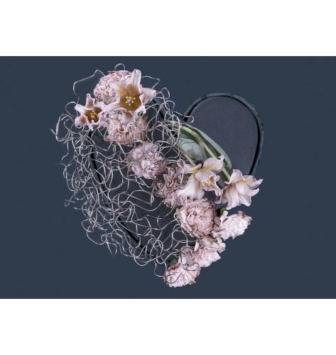 Composizione di fiori freschi a forma di cuore  con alluminio, tulipani e  garofani. Dimensioni: 32 x 34 x 4 cm.
