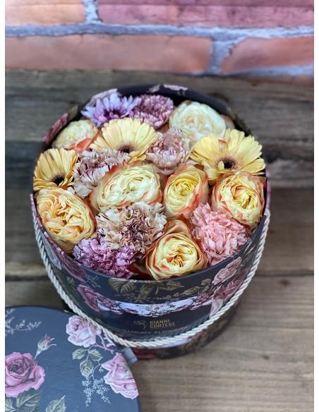 Composizione di fiori freschi misti, in scatola cilindrica decorativa, con motivo floreale